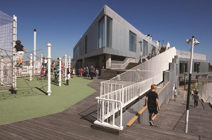 На различных уровнях крыши оборудованы спортивные площадки.