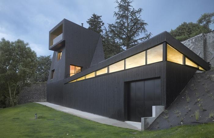 Saint-Ange Residency - загородный дом с черным фасадом.