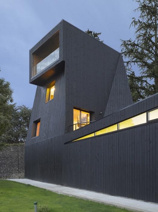 Saint-Ange Residency - дом с черным фасадом и сложной геометрией.