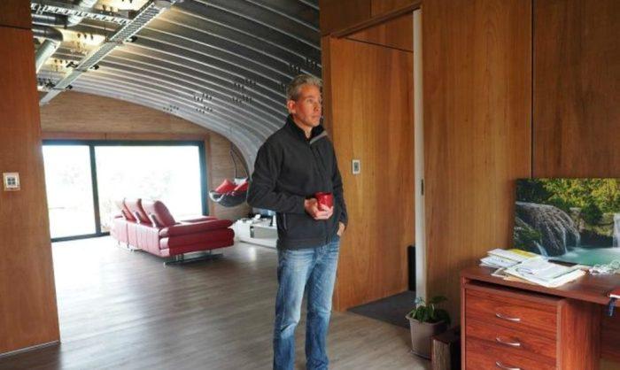 Комнаты обшиты натуральной древесиной.