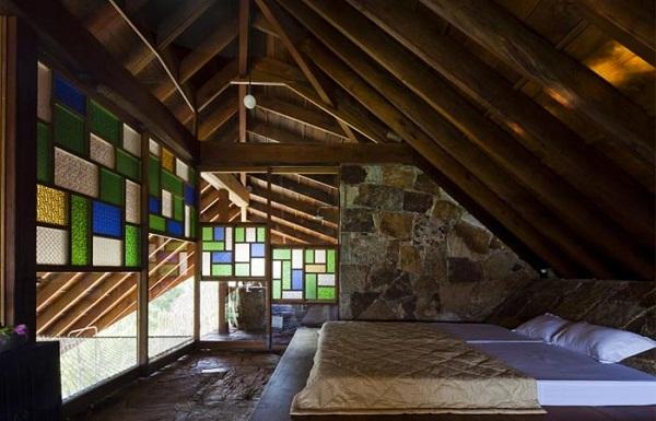 Спальня с цветными витражами.