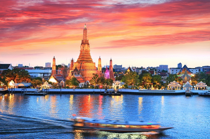Буддийский храм, расположенный на берегу канала.