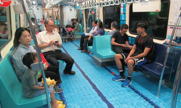 Неординарно оформленный вагон метро.