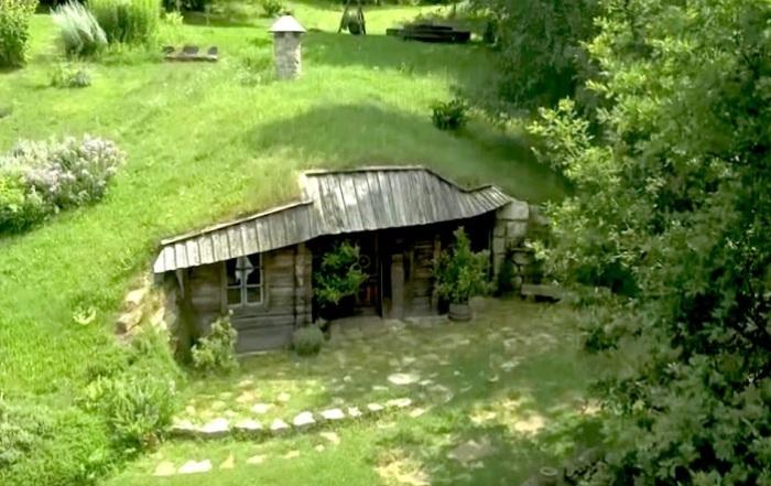 Супружеская пара построила для себя домик в саду.