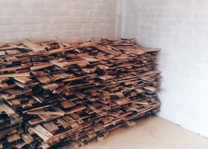 40 мешков дров собрал дизайнер для своего проекта.