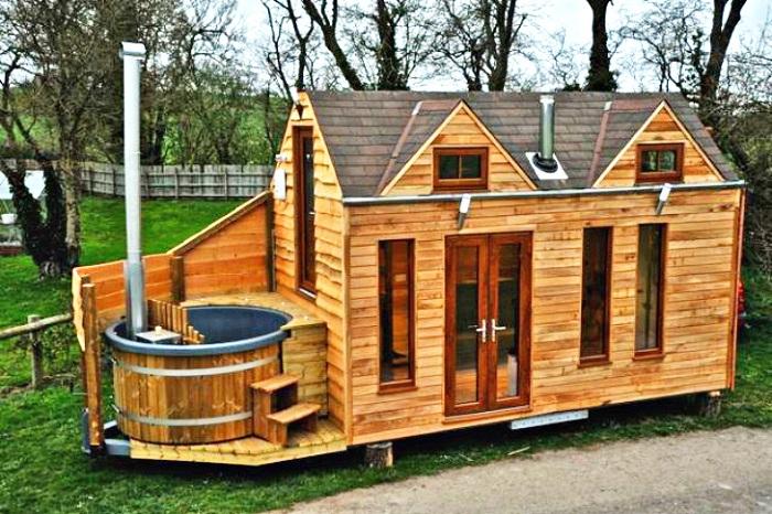 Мобильный домик  с деревянной джакузи.