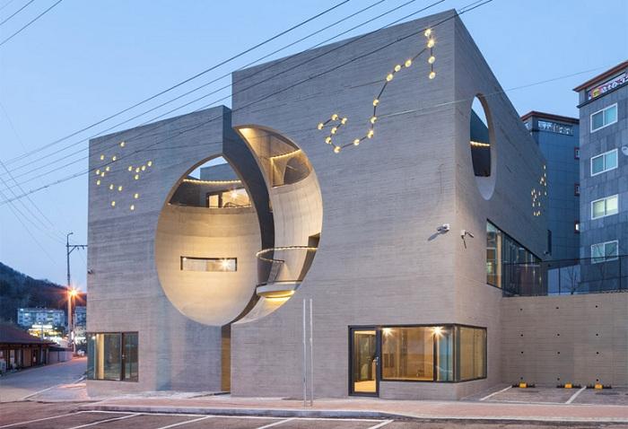 Two Moon - культурный центр с динамичным фасадом.