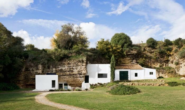 Cuevas del Pino - дом в пещере, расположенный в предгорьях Сьерра-Морена (Испания).