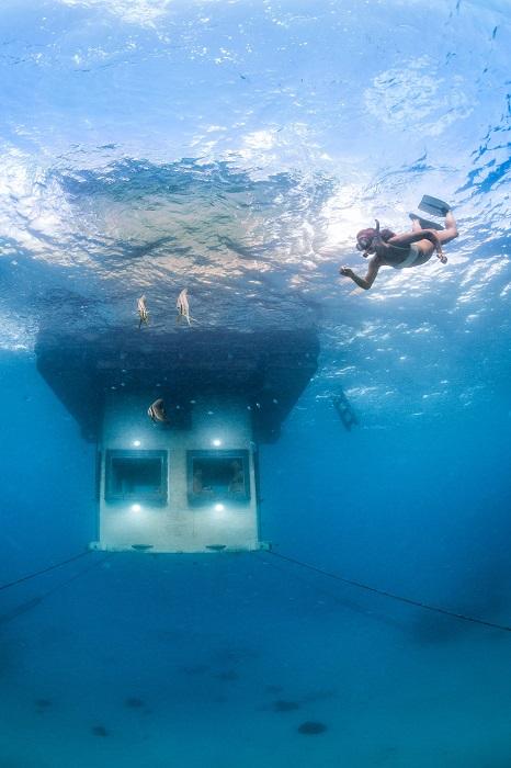 Отель с подводной комнатой.