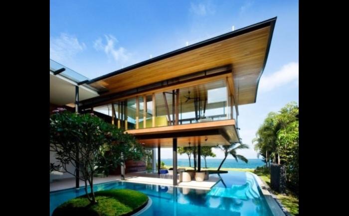 Дом с бассейном, наполненным морской водой.