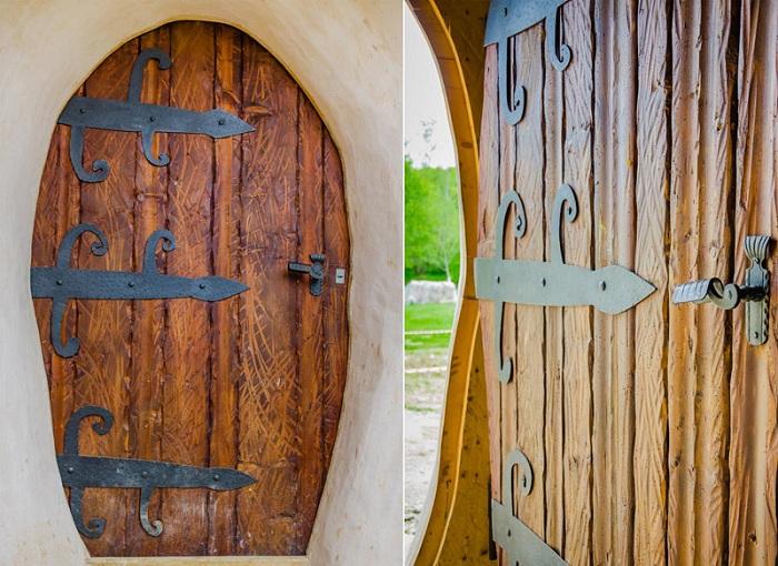Двери из натуральной древесины.