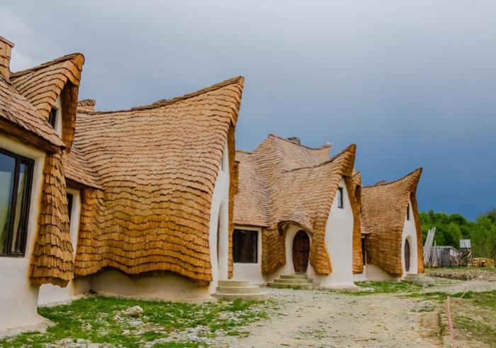Оригинальный отель в Румынии в виде сказочных домиков.
