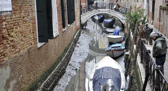 Каналы Венеции без воды.