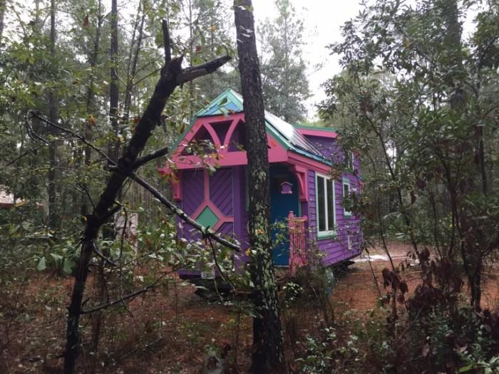 Яркий домик в лесу.