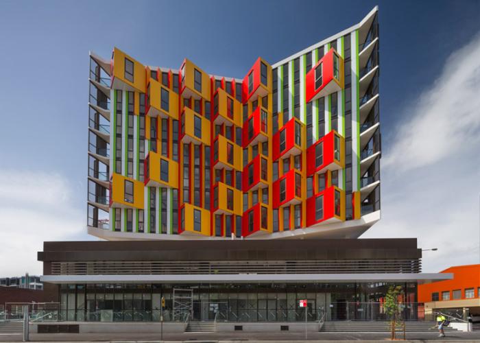Viking – многоквартирный жилой дом с разноцветным фасадом.