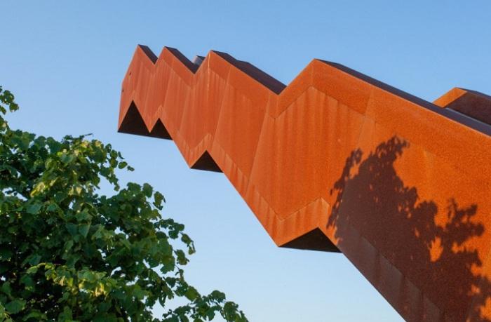 Смотровая площадка обшита кортеновской сталью.