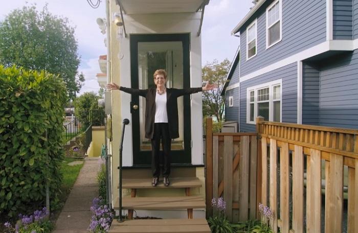С этой стороны дома места достаточно только для дверного проема.