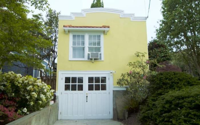 Небольшой дом шириной 4,8 м. с одной стороны и 1 м - с другой.