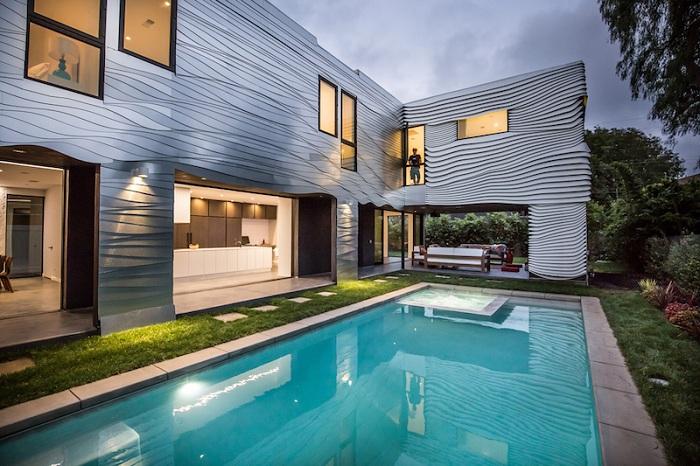 Wave House - дом, обшитый волнообразными алюминиевыми панелями.