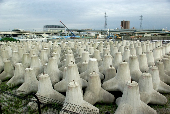 48000 бетонных тетраэдров весов 200 тонн каждый стабилизируют поверхность острова.