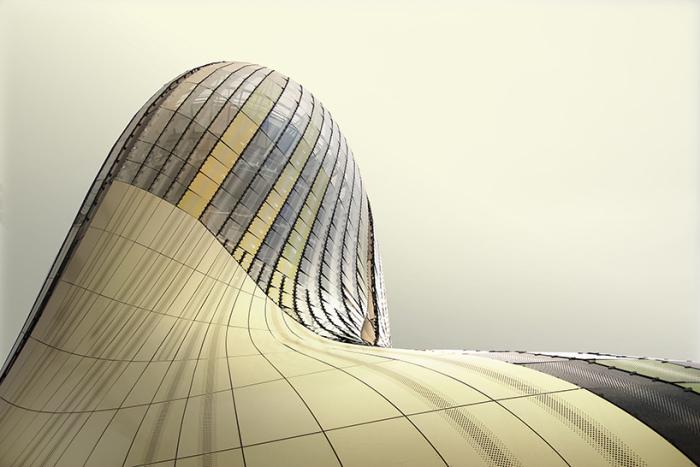 Фасад, обшитый алюминиевыми и стеклянными панелями.