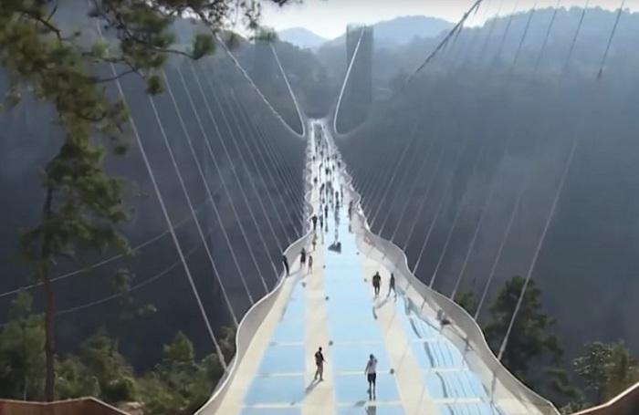 Самый длинный в мире стеклянный мост закрыли через 13 дней после закрытия.