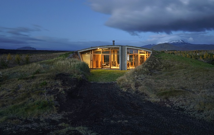 Частный дом, интегрированный в природный ландшафт.