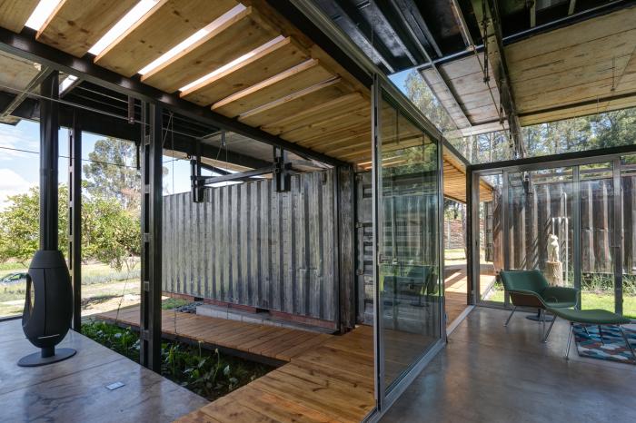 RDP House - дом из контейнеров, укрепленных стальными тросами.