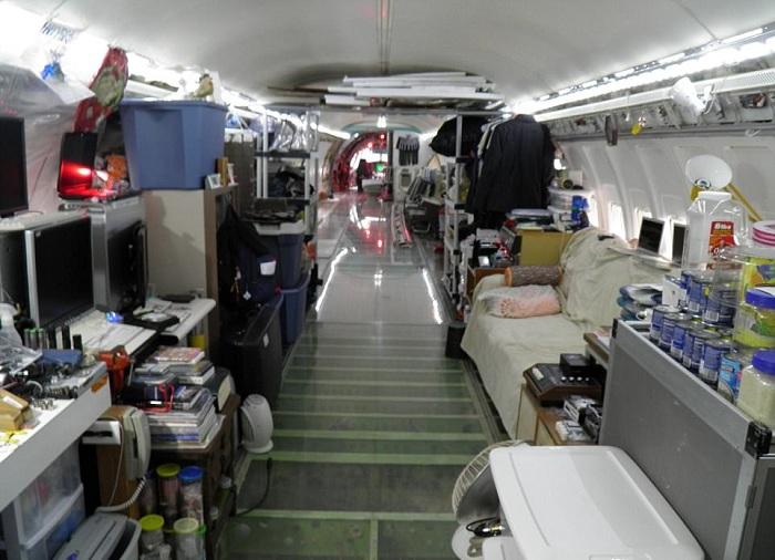 Минималистический интерьер дома-самолёта.
