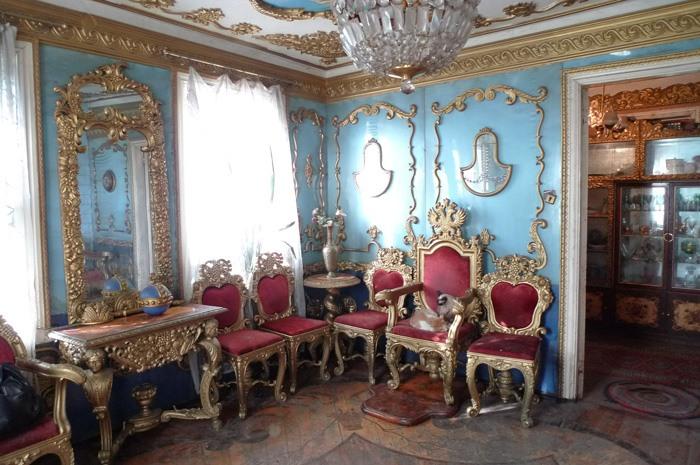 Обычный дом с царским интерьером.