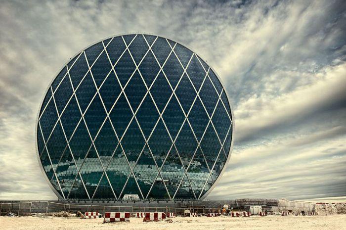 Al Dar - футуристическое здание на берегу Персидского залива.