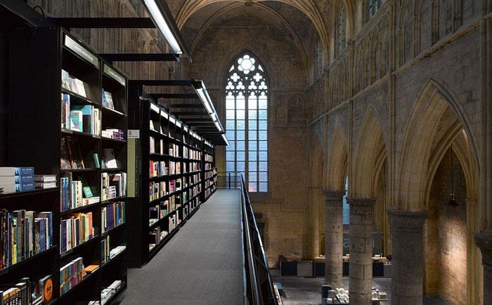 Книжный магазин в готической церкви.