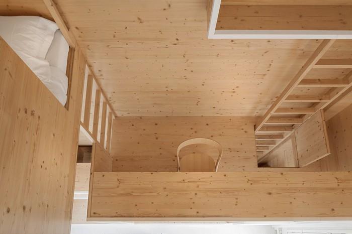 Светлая древесина визуально расширяет небольшое пространство.