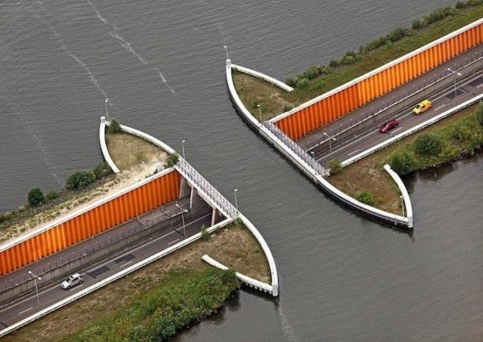 Акведук Veluwemeer, соединяющий материковую Голландию с искусственным островом.