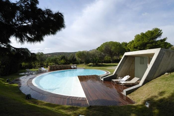 Жилая резиденция в Сардинии, «запрятанная» внутри зеленого холма.