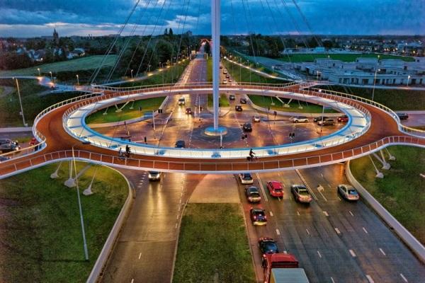 Мост для велосипедистов Hovenring в Голландии.