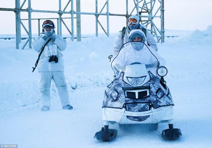 «Арктический трилистник». Охрана базы.