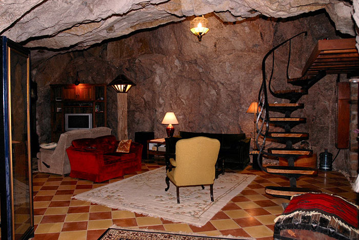 В гостиной видна винтовая лестница в одну из спален.