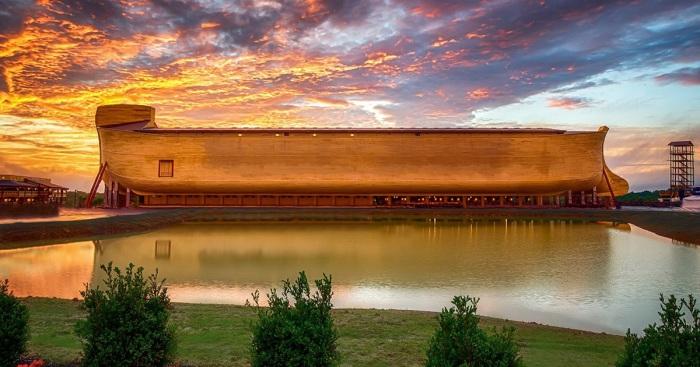 Полноразмерная копия Ноева Ковчега в тематическом парке в штате Кентукки (США).