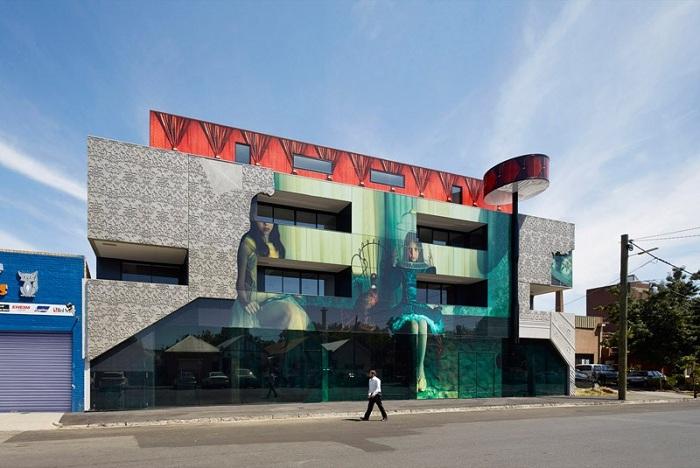 Мельбурне построено здание с фотографией на фасаде.