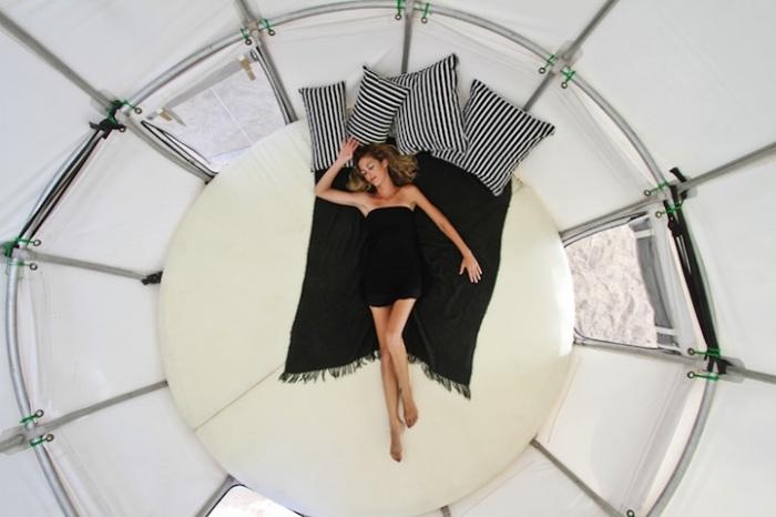 3-метровая кровать в палатке.