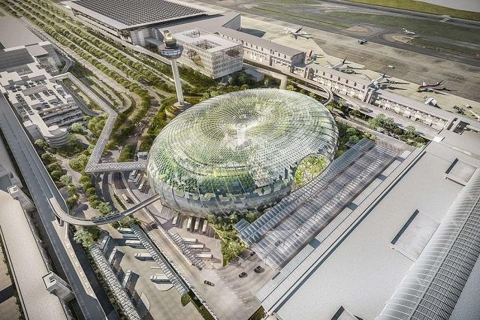 Стеклянный купол на территории Jewel Changi Airport.