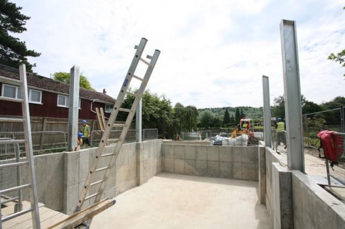Специальные стальные стойки, не позволяющие дому «выплывать» во время наводнений.