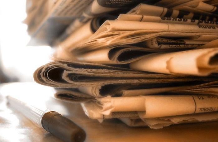 Газеты помогут избавиться от запаха в морозилке.
