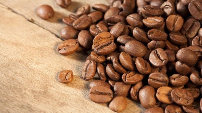 Пищевая сода поможет избавиться от запаха в морозилке.