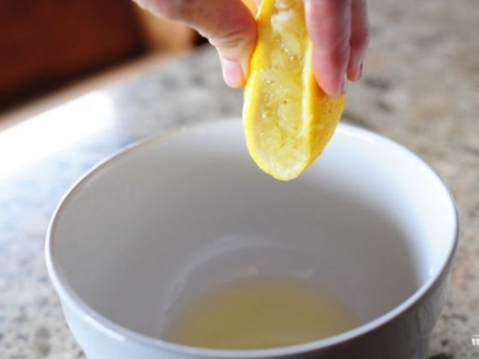 Лимон поможет избавиться от запаха в морозилке.