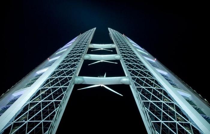 Ветрогенераторы на башне Всемирного торгового центра в Бахрейне.