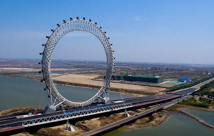 Уникальное колесо обозрения, возведённое в городе Вэйфан.