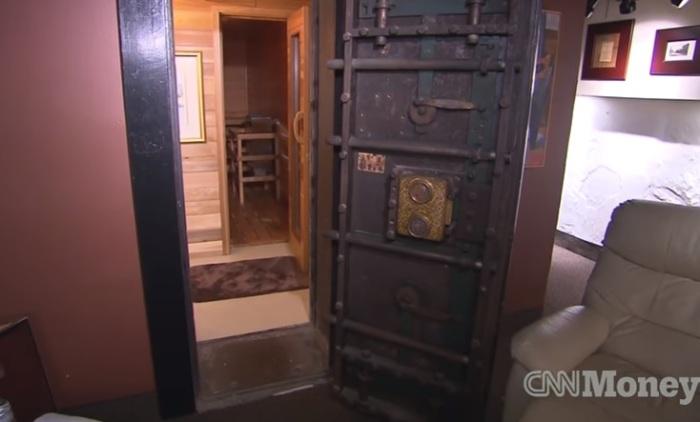 Дверь в подземное хранилище бывшего банка.