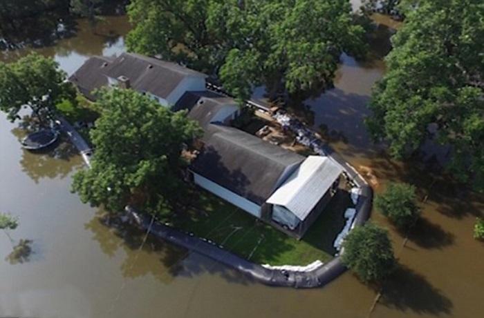Самодельная дамба спасла участок от наводнения.